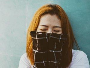 Frau mit Handtuch vor dem Gesicht wegen des Gestankes