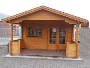 Klassisches Gartenhaus in braun beige Design mit Vordach