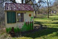 Wie kann man ein Gartenhaus von alter Farbe befreien?