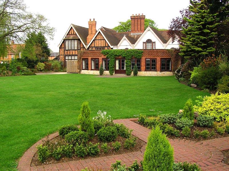 Englische Residenz mit Gartenhaus